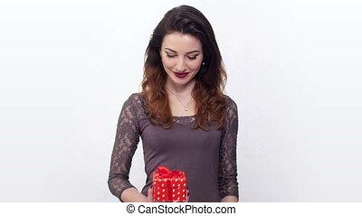 boîte, mignon, femme, ouvre, cadeau