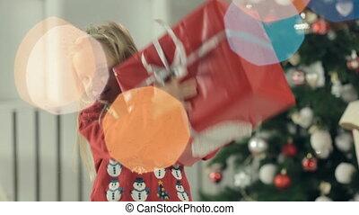 boîte, mignon, peu, stands, cadeau, grand arbre, décoré, stylishly, papier, tassé, girl, noël, rouges
