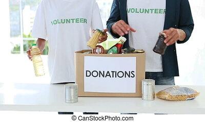 boîte, nourriture, jeune, emballage, équipe, volontaire