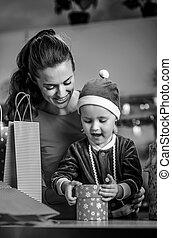 boîte, ouverture, mère, bébé, portrait, présent noël, heureux