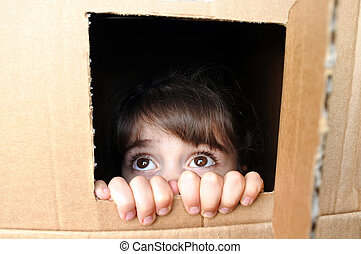 boîte, peu, effrayé, figure, jeter coup oeil, girl, carton, dehors