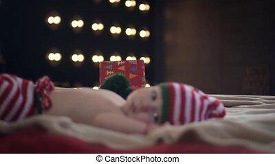 boîte, peu, sien, apporte, casquette, haut, lit, regarder, quoique, appareil photo, mensonge, fond, mère, bébé, rayé, présent, pantalon