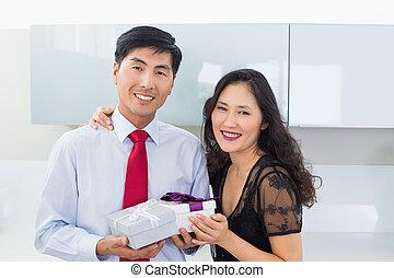 boîte, portrait, couple, cadeau, cuisine