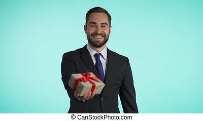 boîte, positif, heureux, donne, métrage, cadeau, arrière-plan., beau, mains, homme affaires, il, complet, il, sourire., vacances, appareil-photo., bleu, barbe, homme