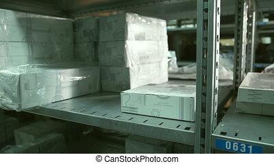 boîte, prend, étagère, intérieur, haut, main, entrepôt, fin, homme