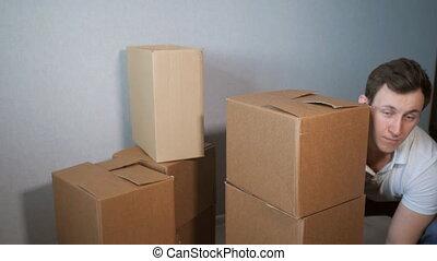 boîte, prend, service, jeune, livraison, boîtes, lot, tomber...