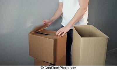 boîte, prend, service, jeune, livraison, carton, homme