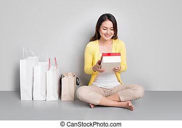 boîte, sacs, achats femme, besides, cadeau, séance, jeune, asiatique, tenue, rouges, rang
