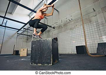 boîte, sauts, exécuter, gymnase, femme, athlète
