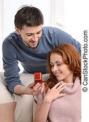 boîte, sien, bijouterie, cadeau, ceci, intérieur, hommes, jeune, présentation, petite amie, me?, beau
