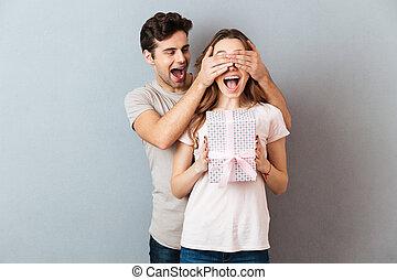 boîte, tenue, portrait, girl, excité, présent, heureux