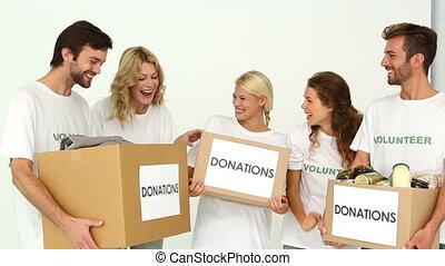 boîtes, volontaires, donation, tenue, équipe