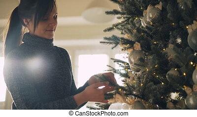 boże narodzenie, kobieta, visible., tworzenie, świąteczny, błyszczący, rok, drzewo, młody, dostając, dzień, światła, piłki, nowy, gotowy, dom ozdabiający, gałęzie, atmosphere., szczęśliwy