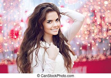 boże narodzenie, szczęśliwy uśmiechnięty, teen dziewczyna, na, boże narodzenie, tło., młoda kobieta, z, długi, kędzierzawy, hair.