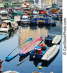 Boats in Aberdeen village, HK - Aberdeen - famous to...