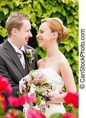 boda, -, novia y novio, en el estacionamiento