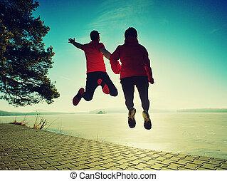 bodies., 角度, 夫妇, 飞行, shore., 跳跃, 低, 开心, 察看