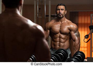 bodybuilder, biceps, wykonując