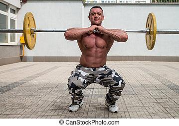 bodybuilder, doen, voorkant, hurkzit, met, barbells