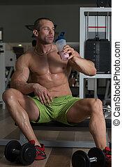bodybuilder, drinkt, whey, proteïne