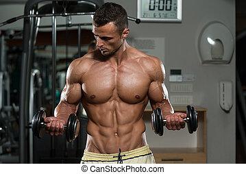 bodybuilder, dumbbells, biceps, het uitoefenen