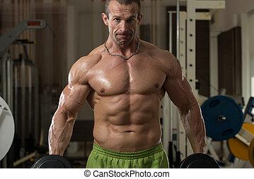 bodybuilder, het uitoefenen, biceps, met, dumbbells