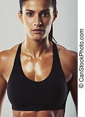 bodybuilder, posar, atraente, confiantemente, femininas