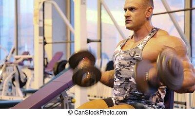 bodybuilder, sala gimnastyczna, dumbbells, wykonując