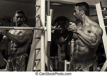 bodybuilder, setzen, gewichte, auf, bar, in, turnhalle