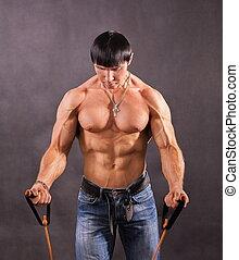 Bodybuilder shakes his shoulders