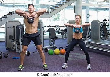 bodybuilding, man en vrouw, het tilen, kettlebells