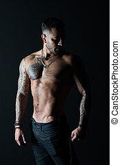 bodycare, con, condición física, y, sport., hombre, con, tattooed, brazo, y, chest., hombre barbudo, con, fuerte, torso., tatuaje, modelo, con, sexy, belly., deportista, o, atleta, en, moda, vaqueros