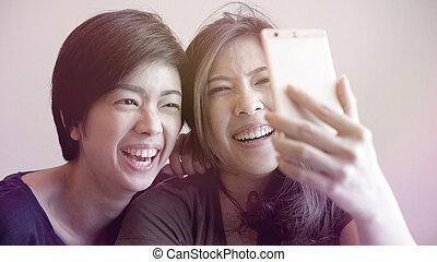 boeiend, meiden, twee, telefoon, hardloop, aziaat, gemengd, selfie, smart