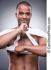 boeiend, zijn, hemd, away., mooi, jonge, afrikaanse man, het opstijgen, zijn, tank top, en, het glimlachen, terwijl, staand, tegen, grijze , achtergrond