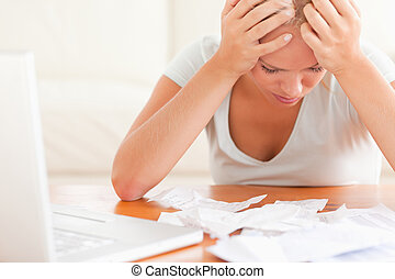 boekhouding, vrouw, blonde , bezorgd