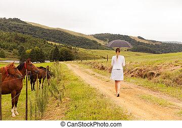 boerderij, wandelende, vrouw, jonge, straat