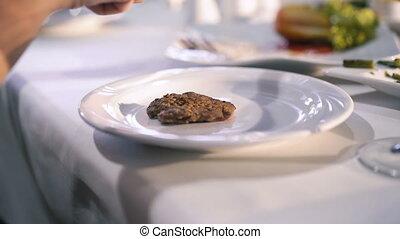 boeuf, restaurant, femme, haut, côtelette, découpage, mains, fin, table