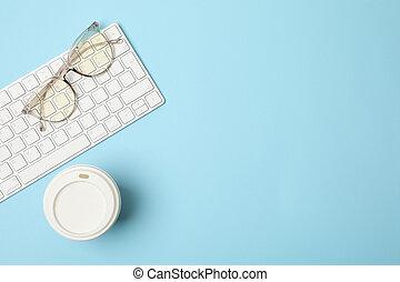 bohnenkaffee, ansicht, tastatur, blaues oberteil, brille, hintergrund