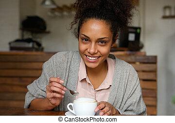 bohnenkaffee, frau, becher, junger, amerikanische , afrikanisch, glücklich