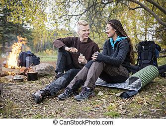 bohnenkaffee, frau, camping, mahlen, schauen, während, während, mann