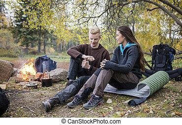bohnenkaffee, frau, camping, mahlen, schauen, wald, während, mann