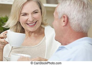 bohnenkaffee, frau, &, tee, paar, trinken, älterer mann, oder, glücklich
