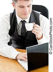 bohnenkaffee, seine, laptop, junges schauen, besitz, geschäftsmann, glücklich