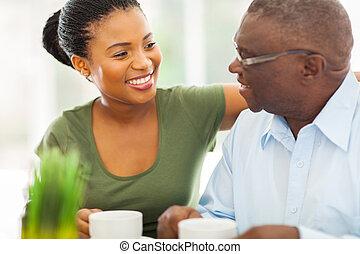 bohnenkaffee, seine, senioren, granddaughteer, amerikanische , afrikanisch, daheim, lächeln, genießen, mann