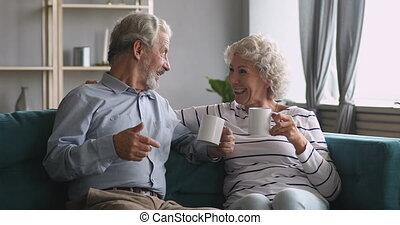 boire, couple, heureux, sofa, thé, conversation, asseoir, vieux, rire