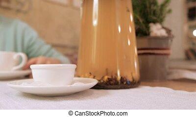 boire, délassant, thé, regarder, café, appareil-photo., fille souriante, heureux