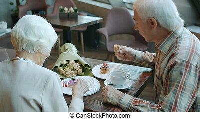 boire, famille, homme, gâteaux, manger, femme, restaurant, joyeux, personne agee, thé