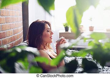 boire, petit déjeuner, brunette, concept, sofa., girl, cappuccino, relâcher