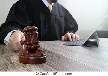 bois, amarrage, tablette, frappant, justice, marteau, clavier, concept.male, informatique, salle audience, numérique, juge, table, droit & loi