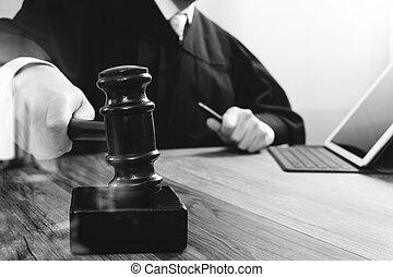 bois, amarrage, tablette, frappant, justice, marteau, clavier, concept.male, table, informatique, salle audience, numérique, juge, blanc, droit & loi